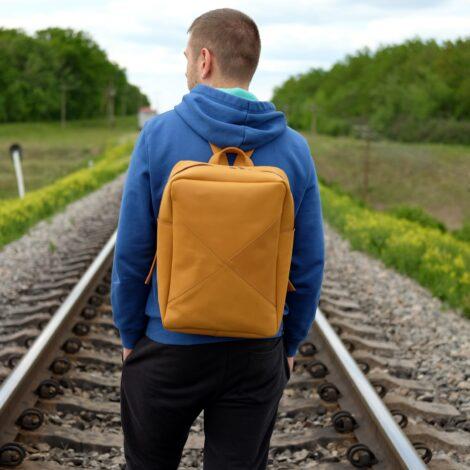 желтый кожаный рюкзак