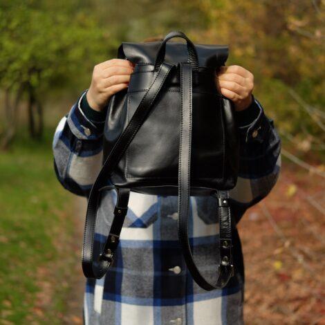 рюкзак из черной кожи