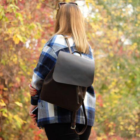 темный кожаный рюкзак