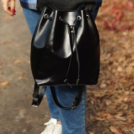 черный рюкзак на затяжках